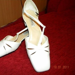 Продам туфли женские (белые)