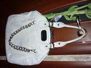 Продаётся белая глянцевая сумка